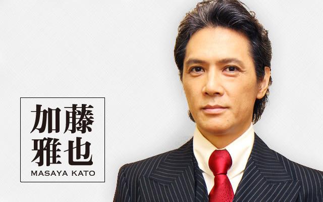 赤いネクタイの加藤雅也